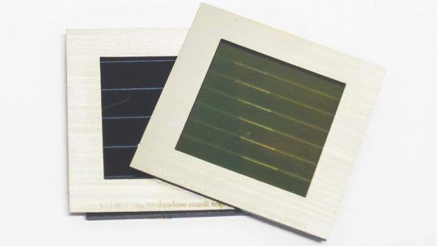 Prototypen der Tandem-Solarmodule, bestehend aus einem semitransparenten Perowskit-Solarmodul (rechts/vorne) und einem CIGS-Solarmodul (links/hinten).