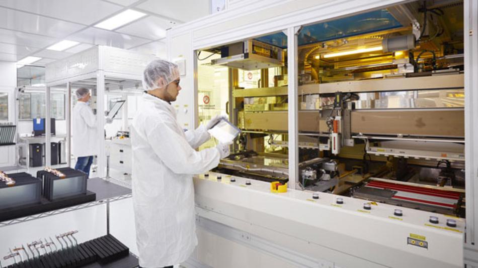 Im erweiterten Reinraum steht eine Doppelschlitten-Bondingmaschine. Bei dieser Technik nimmt ein Dispenserkopf auf zwei Schlitten den Auftrag und die Dosierung des Flüssigklebers vor, was die Produktionsleistung in etwa verdoppelt.