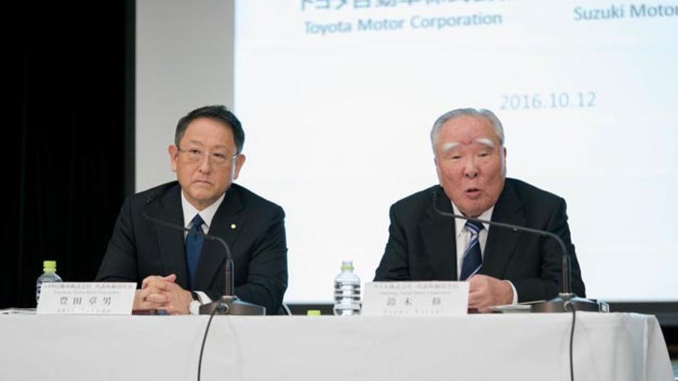 Akio Toyoda, Präsident von Toyota (links) und Osamu Suzuki, Vorstandsvorsitzender des gleichnamigen Unternehmens wollen gemeinsam Zukunftstechnologien entwickeln.