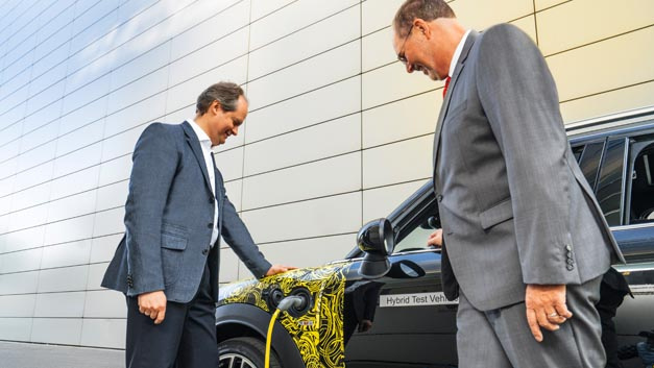 Mini Markenchef Sebastian Mackensen (links) und Baureihenleiter Peter Wolf auf Erprobungsfahrt im ersten Plug-in-Hybrid-Modell der britischen Premium-Marke.