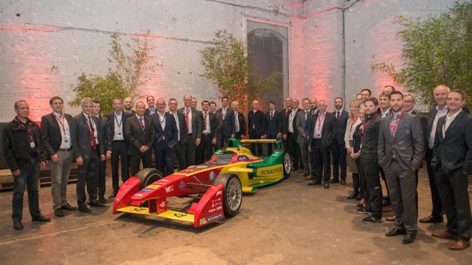 Die Teilnehmer des INNOposiums mit dem Formel-E-Rennwagen der kommenden Saison
