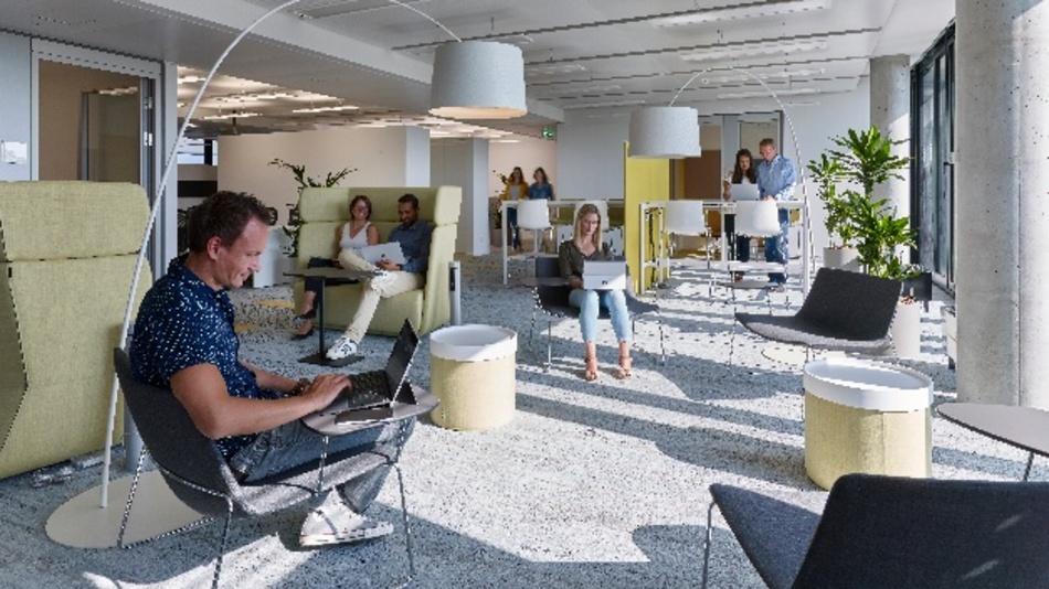 """Traditionelle Büros findet Microsoft nicht mehr zeitgemäß. Neben solchen Arbeitsflächen für vernetzte Teamarbeit, kollaborative Prozesse und produktive Meetings stehen den Mitarbeitern noch elf Dachterrassen, diverse Konferenzräume, Lounges und ein eigenes Fitnessstudio zur Verfügung. Die Konferenzräume sind """"auf höchstem technischem Niveau"""" ausgestattet."""