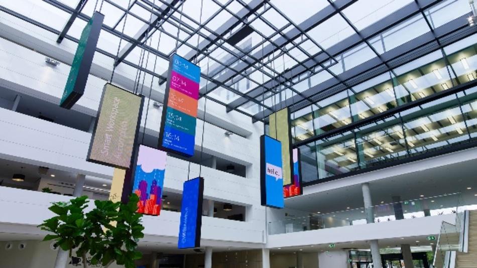 """Hell dank Glasdach: zwei Jahre Bauzeit, sieben Etagen, 26.000 Quadratmetern – mit dem """"Smart Workspace"""" in München-Schwabing realisierte Microsoft Deutschland sein Bürokonzept für das """"Arbeiten 4.0"""" und seine Vision einer voll-vernetzten Organisation. 1.900 Mitarbeiter zogen vor wenigen Wochen in die neue Deutschland-Zentrale des IT Konzern, die nun offiziell eröffnet ist."""