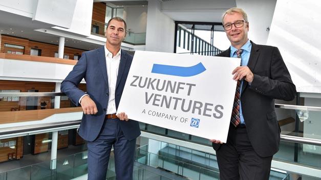 """Vorstandsvorsitzender Dr. Stefan Sommer (rechts) und Torsten Gollewski (links) , Geschäftsführer der neu gegründeten Zukunft Ventures GmbH, drücken auf das Innovationstempo: """"Wir sichern uns so schnellen Zugang zu innovativen Zukunftstechnologien."""""""