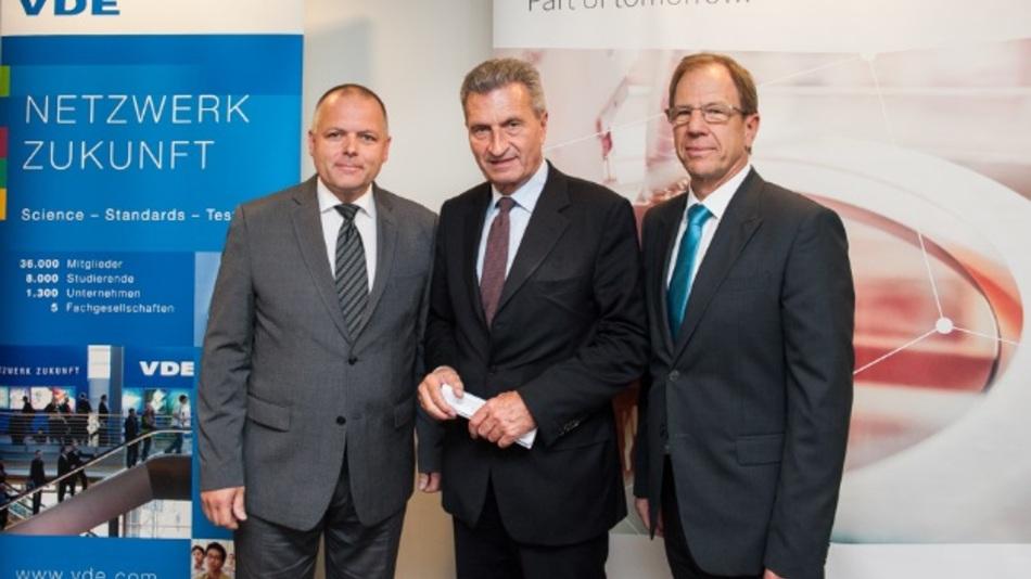 Von links: Ansgar Hinz, Vorstandsvorsitzender des VDE, Günther Oettinger, EU-Kommissar für digitale Wirtschaft und Gesellschaft, und Dr. Reinhard Ploss, CEO von Infineon, bei der Expertendiskussion in Brüssel.