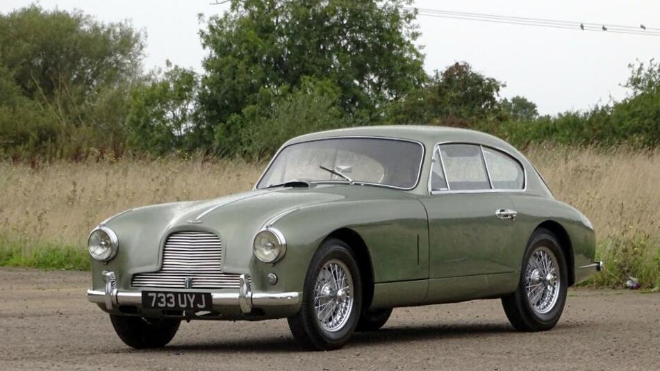 Ein Aston Martin DB2/4 Saloon aus dem Jahr 1954. Es heißt, dass dieses Auto 2008 im restaurierten Zustand in einer Scheune voller Staub in Virginia entdeckt wurde. H&H schätzt den Preis zwischen 180.000 bis 220.000 Pfund.