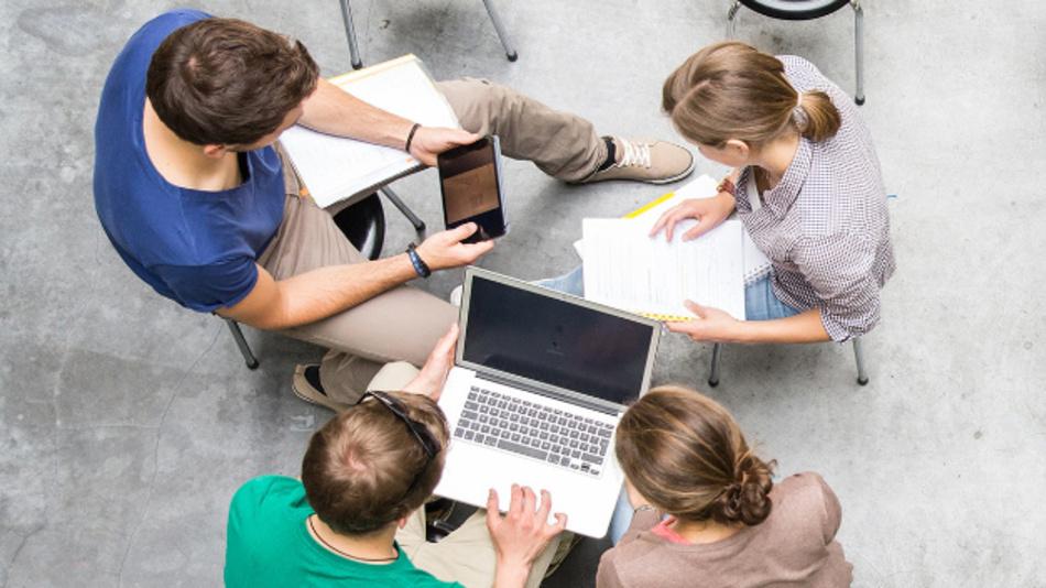 MOOCs kombinieren Videos, Lesematerial und Aufgaben mit Foren. Dabei steht der Austausch zwischen Professoren und Lernenden im Vordergrund.