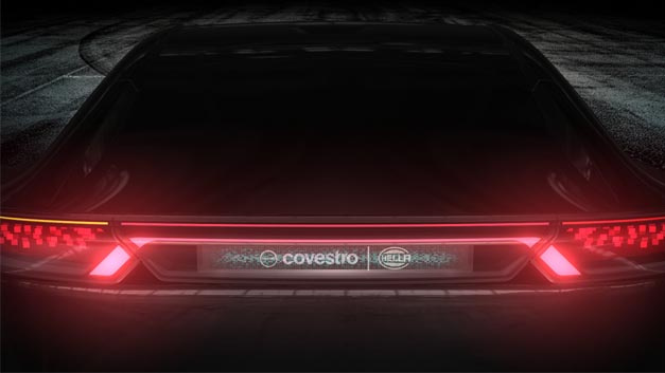Die Heckbeleuchtung ist mit Holografie-Technologie ausgestattet. Erstmals wurde eine gemeinsame Signatur von Bremslicht und hochgesetzter Bremsleuchte geschaffen.