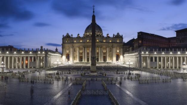 Der Petersplatz in Rom erstrahlt in neuem Licht.