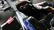 Blick in das Cockpit des Venturi-Rennwagens. Über das Display erhält der Fahrer wichtige Informationen, die ihm dabei helfen, energieeffizient zu fahren. Denn bei den Formel-E-Rennen kommt es nicht nur darauf an, schnell zu sein, sondern auch mit der