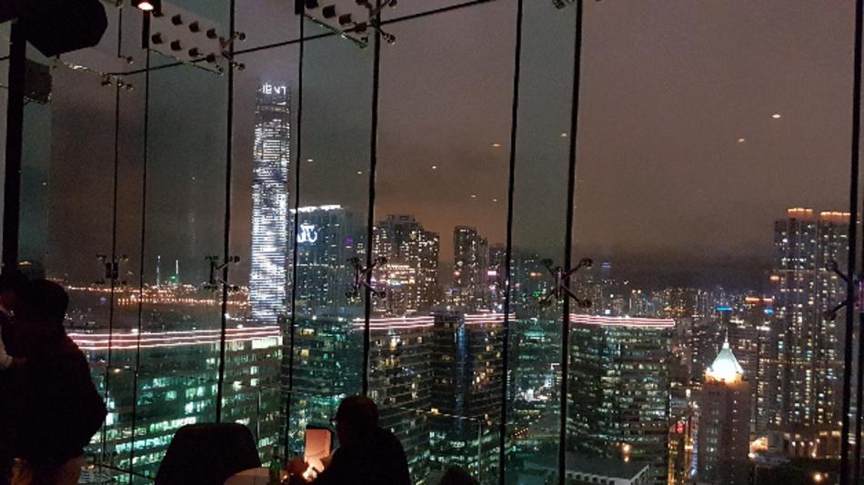"""Blick von der Bar """"Aqua Spirit"""" in Kowloon auf das 118-stöckige ICC Hongkong, in dem der 4G/5G Summit Qualcomms stattfand."""