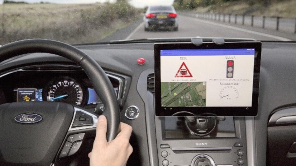 Ford Emergency Electronic Brake warnt den Fahrer vor stark bremsenden Fahrzeugen im vorausfahrenden Verkehr und wird im Projekt UKW Autodrive erprobt.