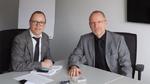 DESIGN&ELEKTRONIK-Redakteur Ralf Higgelke im Gespräch mit Dr. Robert Eckstein (rechts), CEO von SiCrystal.