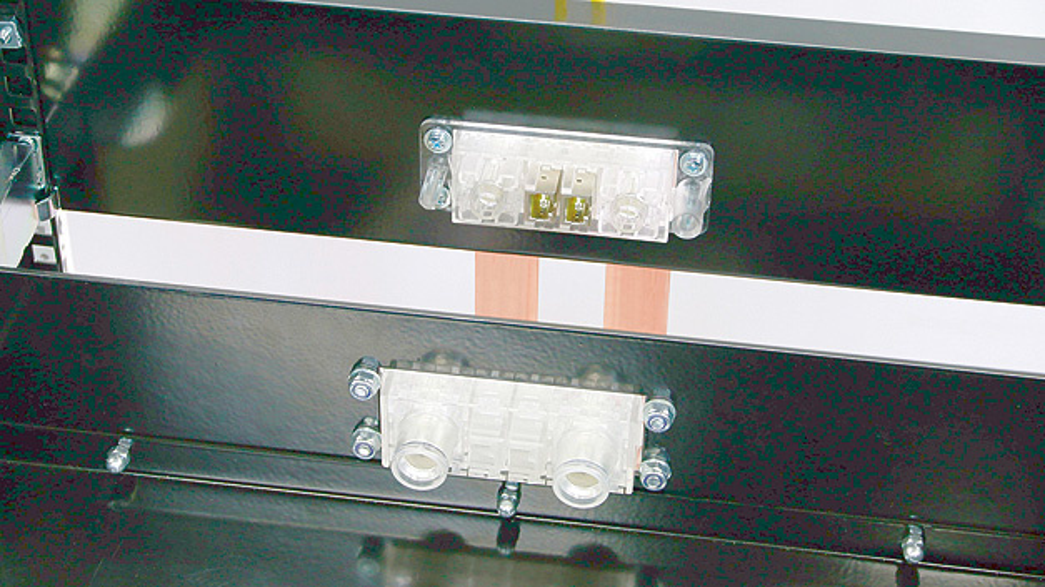 Bild 3. Die Buchsen werden direkt auf die Leistungsschiene an der Schrankrückwand aufgeschraubt.