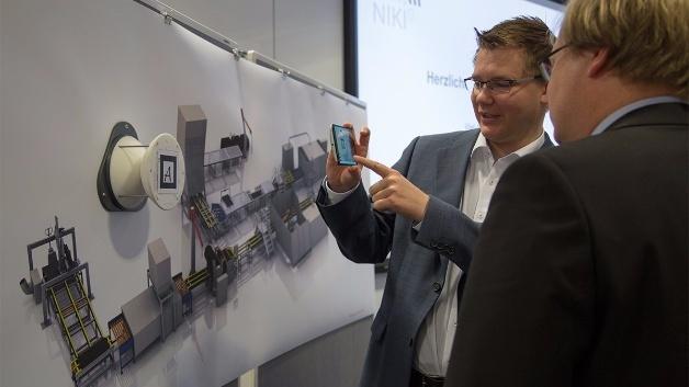 Augmented Reality auf dem Smartphone macht die Maschinendaten verständlich: Sascha Alpers (l.), FZI, zeigt Projektleiter Dr. Christoph Rathfelder (r.), Hahn-Schickard, die NIKI-4.0-Visualisierung.