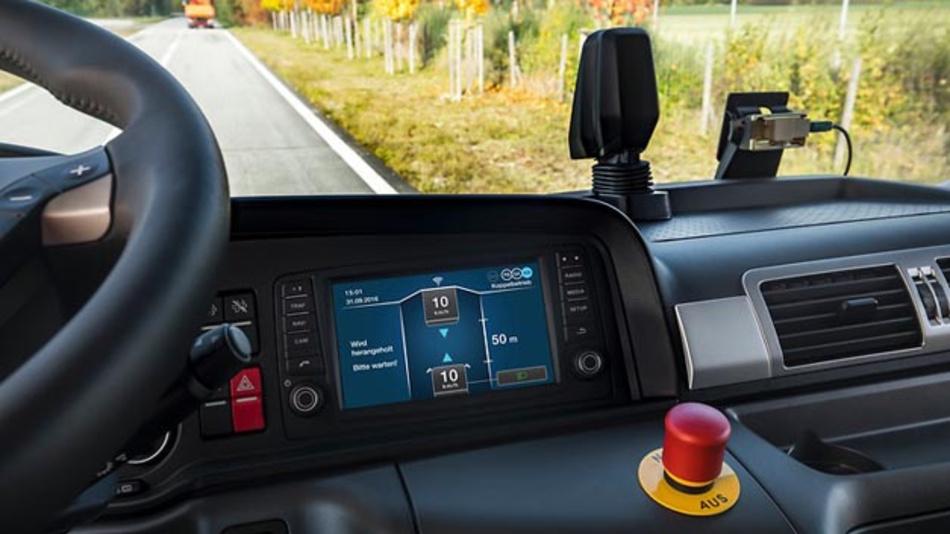 """Das Display zeigt den aktuellen Zustand des Systems an. Ein optischer Sensor überwacht das Geschehen aus """"Fahrersicht""""."""