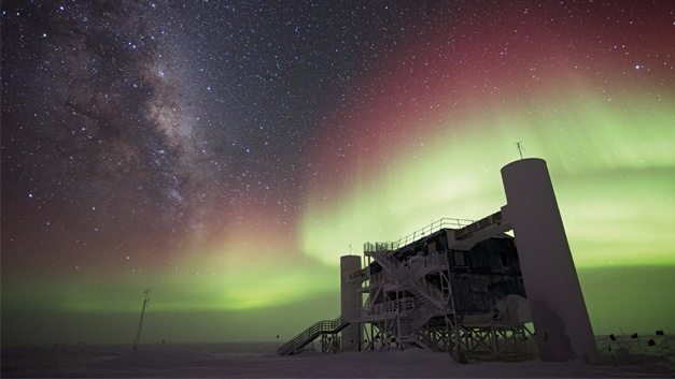 Amundsen-Scott-Polarstation mit Forschungslabor »IceQube« vor Milchstraße und Südlicht.