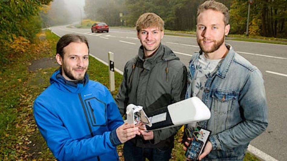 Der Prototyp, den die angehenden Ingenieure Benjamin Kirsch, Daniel Gillo und Julian Neu (v.l.) an der Saar-Universität gebaut haben, wird im oberen Teil eines Leitpfostens installiert und erfasst im Zusammenspiel verschiedener Sensoren vorbeifahrende Autos.