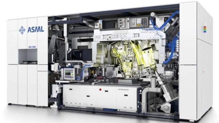 ASML und Zeiss arbeiten bei Halbleiterlithographiesystemen bereits seit drei Jahrzehnten zusammen, wobei typischer weise die Linsensysteme für die Lichtbündelung und Fokussierung bei der Belichtung feinster Strukturen auf den Halbleiterchips von Zeis