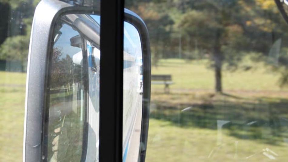 """Im Rückspiegel des ersten Fahrzeugs zu erkennen: Die beiden Lkws """"kleben"""" förmlich aufeinander."""
