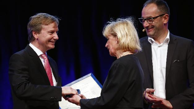 Mit seiner höchsten Auszeichnung für Verdienste in Forschung und Entwicklung ehrt der VDE mit Prof. Gerhard Fettweis von der TU Dresden einen »herausragenden und weltweit anerkannten Ingenieurwissenschaftler auf dem Gebiet der Nachrichten- und Mobilfunktechnik sowie der Mikroelektronik«.