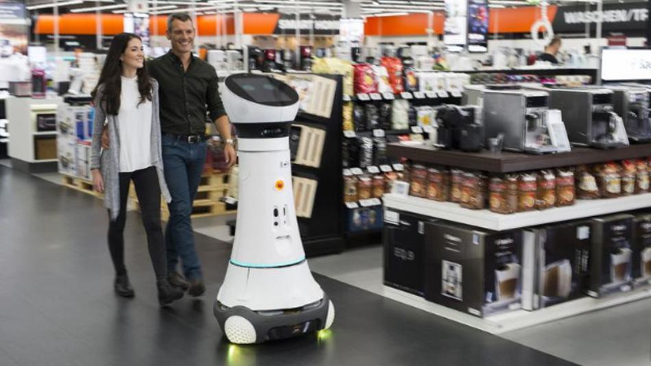 Als Roboter Paul begrüßt Care-O-bot 4 seit Oktober die Kunden bei Saturn in Ingolstadt und begleitet sie zum gewünschten Produkt.