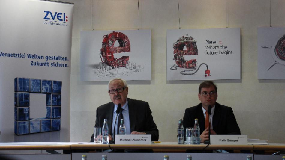 Falk Senger, Geschäftsführer der Messe München (rechts) und zuständig für die electronica 2016 mit ZVEI-Präsident Michael Ziesemer (links) auf der Hauptpressekonferenz in München.