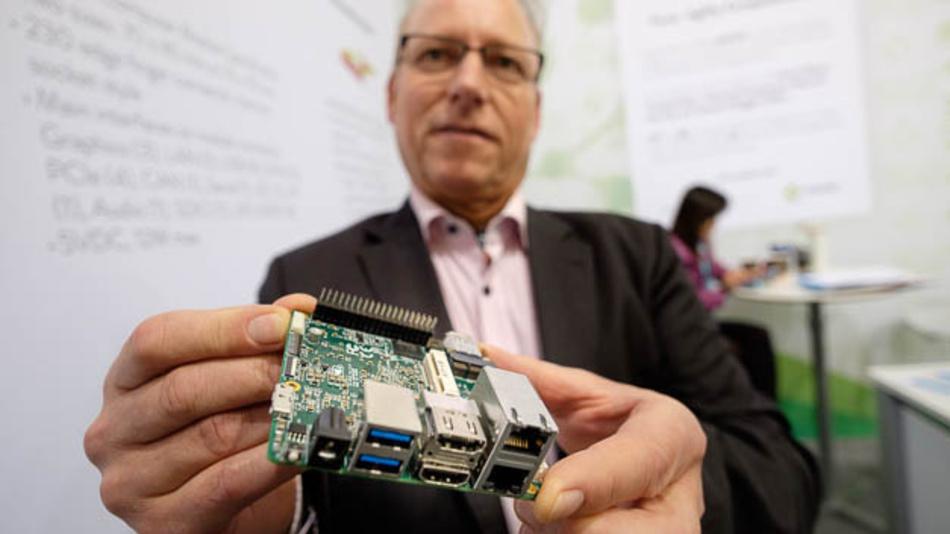 Erwin Hassler, Key Account Manager von Aaeon, macht auf eine Kickstarter-Kampagne für das up²-Board (sprich: up squared) aufmerksam. Das Board ist quadratisch (squared) und enthält den Atom E3900 sowie ein FPGA für I/Os. Wer sich bei Kickstarter beteiligt, kann das Teil noch für 89 Dollar beziehen.
