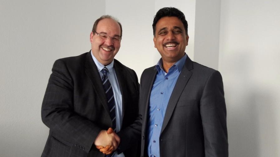 Christian Neumeyr, Plug-in Electronic und Jash Bansidhar von Advantech besiegeln die Distributionsvereinbarung.