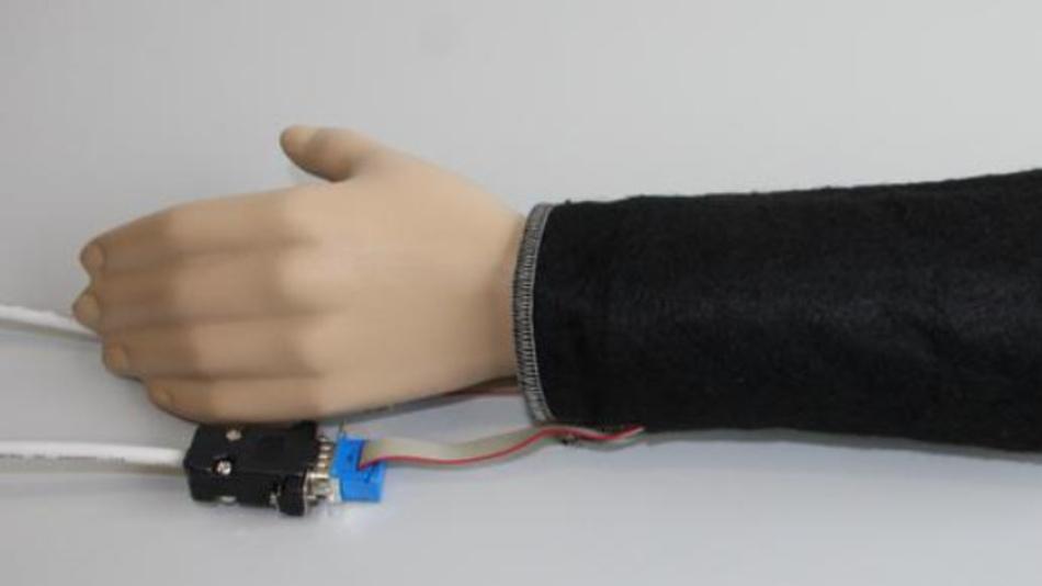 Sensoren am Arm einer Schaufensterpuppe.
