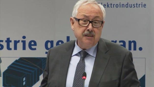 ZVEI-Präsident MIchael Ziesemer stellt die Studie zur Digitalisierung der Elektroindustrie vor.