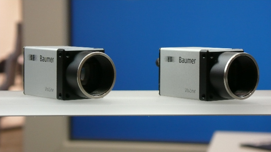 """Zwei Kameras der Serie """"VisiLine"""" von Baumer am Stand des Unternehmens"""