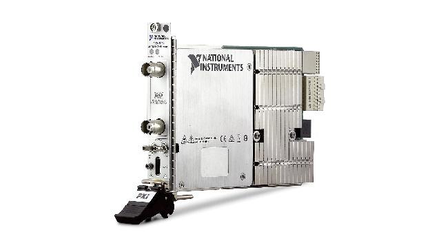 Zwei Kanäle mit 100 V Spannungsbereich und 14 Bit Auflösung bieten die neuen PXI-Scopes der Reihe PXIe-5164 von National Instruments.