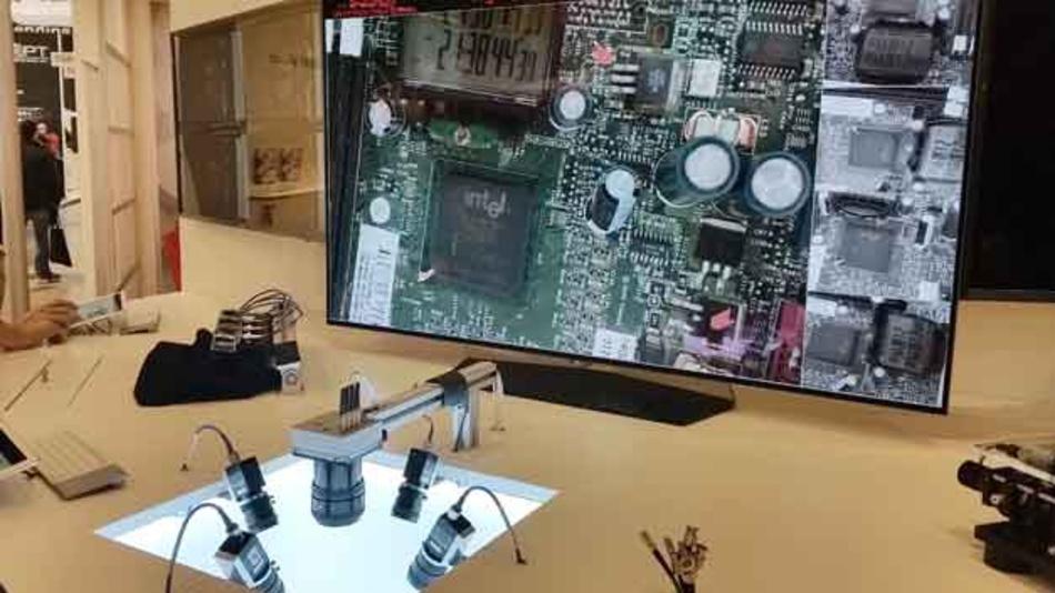 An diesem Aufbau zeigt der Kamerahersteller Adimec die Leistungsfähigkeit seiner Kameras: Fünf hochauflösende Industriekameras mit CoaXPress laufen gleichzeitig an einem PC und liefern die Bilder der Leiterplatte, die auf dem HD-Display zu sehen sind.