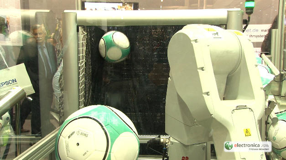 Mit einer Fußball-Prüfstation verdeutlichte Maxim auf der electronica, wie mit der Entwicklungsplattform Pocket IO eine Industrie-4.0-Produktion aussehen könnte.