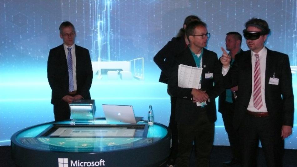 """Die Atmosphäre der """"MindSphere-Lounge"""" auf dem Siemens-Messestand in Halle 11 macht die Zukunft spürbar, etwa bei der """"Holo-S7-MindApp-Demo""""."""