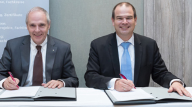 Dr. Stephan Finke, Geschäftsführer der DAkkS, und DGQ-Präsident Udo Hansen unterzeichnen die Kooperationsvereinbarung.