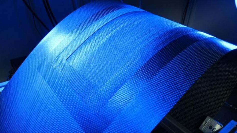 Reparaturvorbereitung eines CFK-Flugzeugteils durch lagenweises Laserabtragen der beschädigten Werkstoffschichten.
