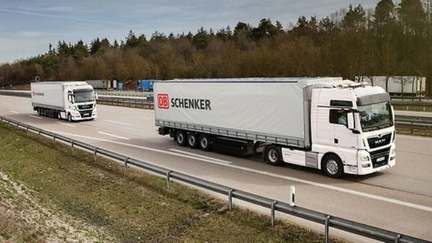 Platooning-Kooperation: Ähnlich wie in dieser Darstellung wollen DB Schenker und MAN voraussichtlich 2018 elektronisch gekoppelte Lkw auf der A9 zwischen München und Nürnberg testen.