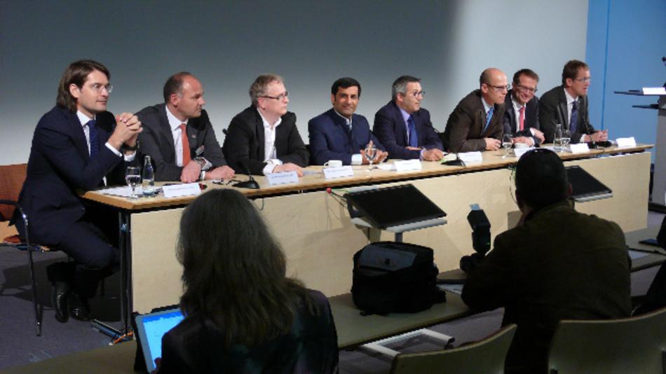Sie bekannten sich auf einer Pressekonferenz zu OPC UA over TSN (von links): Wolfgang Leindecker von TTTech, Dr. Hans Krattenmacher von SEW-Eurodrive, Fabrice Jadot von Schneider Electric, Rahman Jamal von National Instruments, Martin Dubé von Cisco, Stefan Schönegger von B&R, Dr. Thomas Bürger von Bosch Rexroth und Dr. Jan Hücker von ABB.