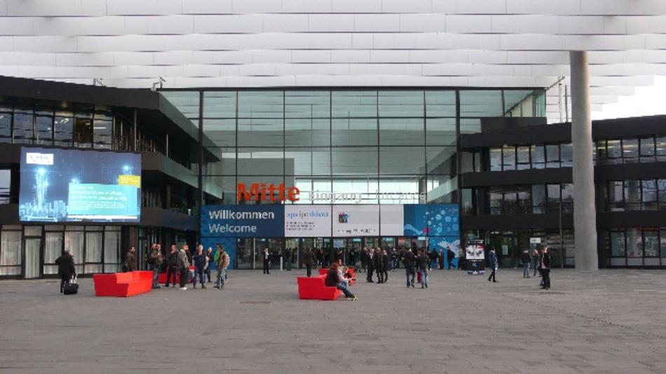 Der Eingang Mitte des Messezentrums Nürnberg am ersten Messetag der SPS IPC Drives 2016 kurz vor Messebeginn