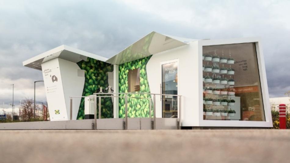 Die ChargeLounge mit Lademöglichkeit für vier Fahrzeuge enthält eine Ausstellung über nachhaltige Küchenkonzepte.