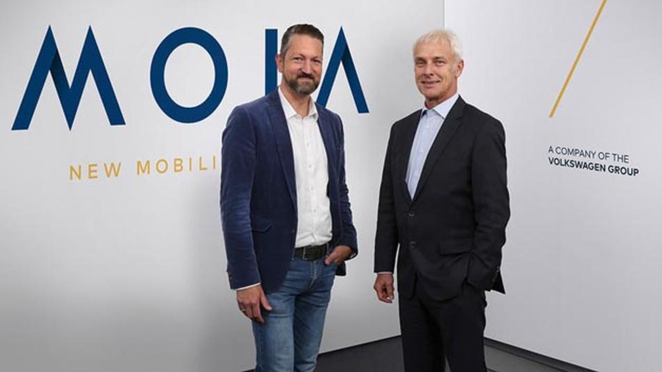 Matthias Müller, Vorstandsvorsitzender des Volkswagen Konzerns (rechts) und Ole Harms, CEO von MOIA (links) haben mit MOIA ein neues Tochterunternehmen  vorgestellt.