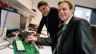 Mit einer neuen Bochumer Technik könnten E-Auto-Batterien leichter und somit günstiger werden. Philip Dost (rechts) hat sie am Lehrstuhl von Prof. Dr. Constantinos Sourkounis (links) entwickelt.