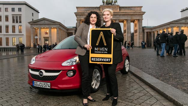 Opel-Marketingchefin Tina Müller (links) und Julia Steyn, Vice President Urban Mobility and Maven bei GM (rechts), bei der Vorstellung des Mobilitätskonzepts Maven