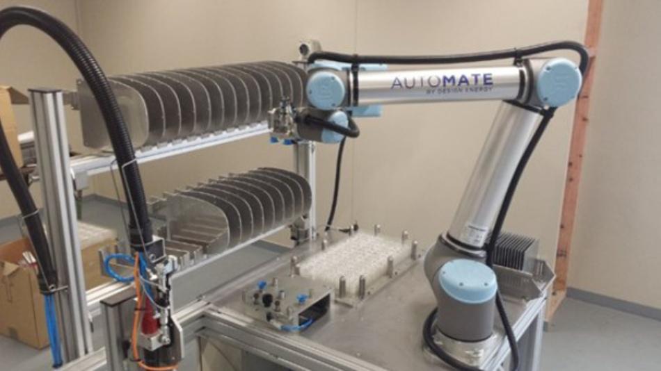 Der sechsachsige Knickarmroboter UR10 von Universal Robots nimmt mit seinem mehrköpfigen Vakuumgreifer eine Platine aus dem Gestell, um anschließend die exakte Positionierung der LED-Linsen zu übernehmen.