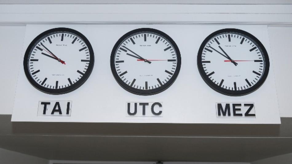 Hier sieht man, wie viele Schaltsekunden inzwischen eingefügt wurden: Auf der TAI-Uhr (Temps Atomique International) ist die Zeit ohne Schaltsekunden weitergelaufen; sie ging bislang gegenüber der Mitteleuropäischen Zeit MEZ um 36 Sekunden vor, seit dem 1. Januar 2017 um 37 Sekunden.