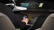 BMW zeigt das HoloActive Touch. Die Schnittstelle zwischen Fahrer und Fahrzeug gleicht einem virtuellen Touchscreen, dessen frei im Raum schwebende Anzeige mit Fingergesten bedient wird und die so erteilten Befehle mit einer haptisch wahrnehmbaren Rü