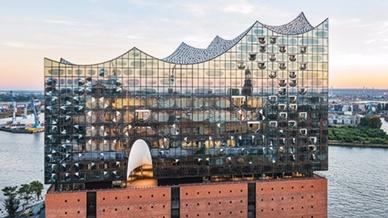 Eine besondere Lichtinstallation von Zumtobel unterstreicht die magische Ausstrahlung der Hamburger Elbphilharmonie.