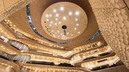 Zumtobel greift das Architektur-Konzept – die Verbindung von Alt und Neu – auch in seinen Lichtinstallationen auf